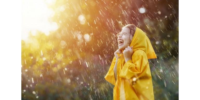 Ponczo przeciwdeszczowe – kiedy jest lepsze od parasola?